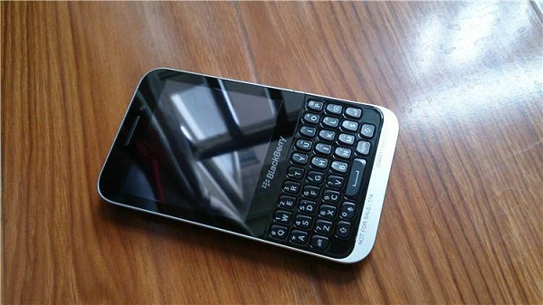BlackBerry20Kopi20BB1020entry20level20con20tastiera20fisica20QWERTY20-204_zpsb7168948.jpg