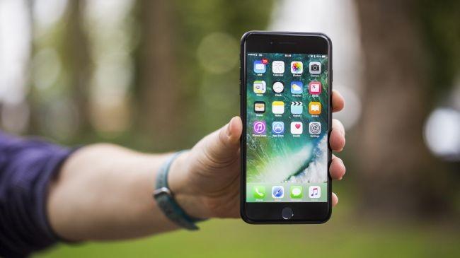 iphone7plushandson0165080.jpg