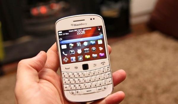 white-blackberry-bold-9900-vodafone-preview-12.jpg